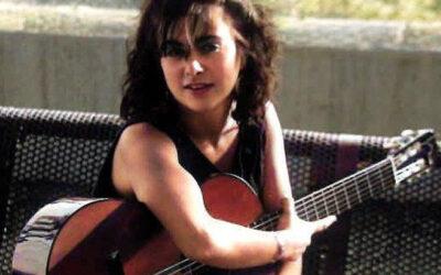Sábado, 30 de octubre, 18:30h   Salón de Arte Miquel Llobet – Casal Can Travi   ADN – PALABRAS, GUITARRA Y RUIDO   Contra les cordes: Gemma Tona (voz) y Miriam Franch (guitarra)