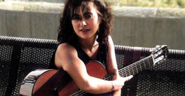 Dissabte, 30 d'octubre, 18.30h | Saló d'Art Miquel Llobet – Casal Can Travi | ADN – PARAULES, GUITARRA I RENOU | Contra les cordes: Gemma Tona (veu) i Miriam Franch (guitarra)